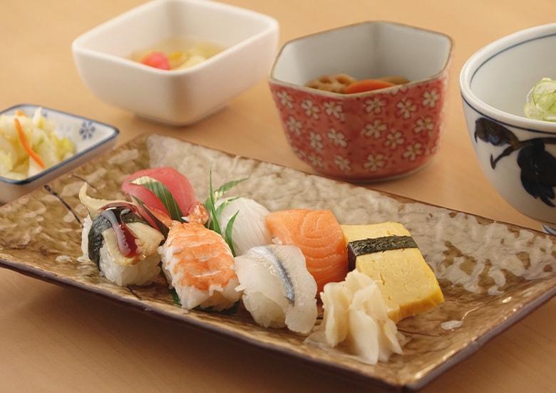 寿司御膳(握り七貫・小そば又はうどん・小鉢・漬物・デザート)