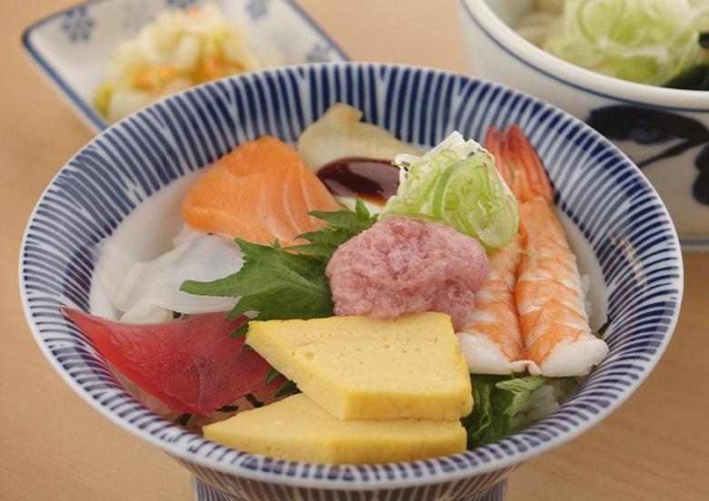海鮮ばらちらしセット(ちらし寿司・小そば又はうどん・漬物)